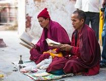 Los peregrinos circundan el stupa Boudhanath, el 2 de diciembre de 2013 en Katmandu, Nepal Imagen de archivo