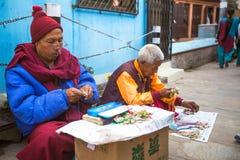 Los peregrinos circundan el stupa Boudhanath, el 2 de diciembre de 2013 en Katmandu, Nepal Foto de archivo
