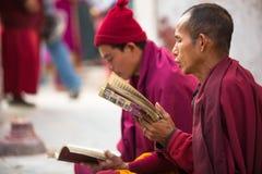 Los peregrinos circundan el stupa Boudhanath, el 2 de diciembre de 2013 en Katmandu, Nepal Imagenes de archivo