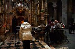 Los peregrinos cristianos ruegan dentro de la iglesia de Santo Sepulcro Fotografía de archivo libre de regalías