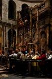 Los peregrinos cristianos ruegan dentro de la iglesia de Santo Sepulcro Imágenes de archivo libres de regalías