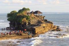Los peregrinos disfrutan de puesta del sol en el templo de la porción de Tanah, Bali Foto de archivo
