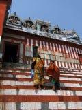 Los peregrinos hindúes suben los pasos de progresión de un templo de Shiva Imágenes de archivo libres de regalías