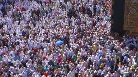Los peregrinos musulmanes circumambulate el Kaaba cerca de piedra negra en Masjidil Haram en Makkah, la Arabia Saudita metrajes
