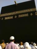Los peregrinos musulmanes no identificados acercan al Kaabah Imagenes de archivo