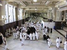 Los peregrinos musulmanes realizan el saeiâ (el recorrer enérgico) Fotografía de archivo libre de regalías