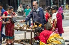 Los peregrinos nepaleses que ruegan con la vela del aceite de mantequilla para celebrar el festival del Año Nuevo y de dios en Du Fotografía de archivo