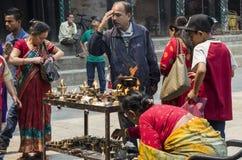 Los peregrinos nepaleses que ruegan con la vela del aceite de mantequilla para celebrar el festival del Año Nuevo y de dios en Du Imágenes de archivo libres de regalías