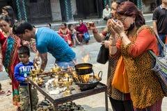 Los peregrinos nepaleses que ruegan con la vela del aceite de mantequilla para celebrar el festival del Año Nuevo y de dios en Du Fotos de archivo libres de regalías