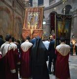 Los peregrinos ortodoxos que llevan a cabo la cruz del Jesucristo visitan la ciudad santa de Jerusalén durante la Navidad Imagenes de archivo