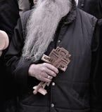 Los peregrinos ortodoxos que llevan a cabo la cruz del Jesucristo visitan la ciudad santa de Jerusalén durante la Navidad Fotos de archivo libres de regalías