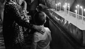 Los peregrinos ortodoxos que llevan a cabo la cruz del Jesucristo visitan la ciudad santa de Jerusalén durante la Navidad Imagen de archivo
