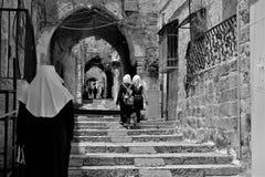 Los peregrinos ortodoxos que llevan a cabo la cruz del Jesucristo visitan la ciudad santa de Jerusalén durante la Navidad Fotos de archivo