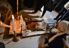 Los peregrinos ortodoxos que llevan a cabo la cruz del Jesucristo visitan la ciudad santa de Jerusalén durante la Navidad Imagen de archivo libre de regalías