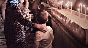 Los peregrinos ortodoxos que llevan a cabo la cruz del Jesucristo visitan la ciudad santa de Jerusalén durante la Navidad Foto de archivo