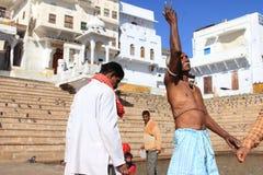 Los peregrinos realizan rituales religiosos en los bancos del lago Pushkar Foto de archivo