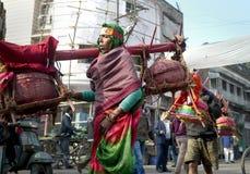 Los peregrinos religiosos brillantemente vestidos caminan junto al camino en la India rural Foto de archivo libre de regalías