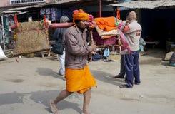 Los peregrinos religiosos brillantemente vestidos caminan junto al camino en la India rural Imagenes de archivo