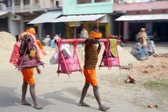 Los peregrinos religiosos brillantemente vestidos caminan junto al camino en la India rural Fotografía de archivo