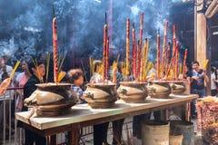 Los peregrinos a rogar para la paz incense el gigante del incensario Fotos de archivo libres de regalías