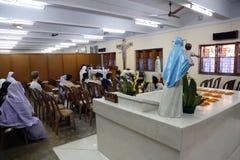 Los peregrinos ruegan al lado de la tumba de madre Teresa en Kolkata Imágenes de archivo libres de regalías