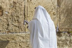 Los peregrinos ruegan en la pared de llorar del lugar santo de la gente judía y del centro de la adoración de cristianos alrededo Fotografía de archivo