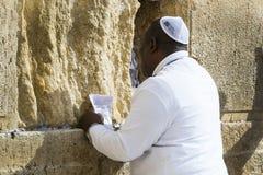 Los peregrinos ruegan en la pared de llorar del lugar santo de la gente judía y del centro de la adoración de cristianos alrededo Fotos de archivo