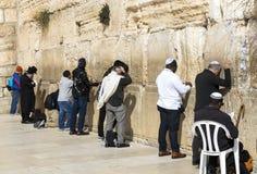 Los peregrinos ruegan en la pared de llorar del lugar santo de la gente judía y del centro de la adoración de cristianos alrededo Imagen de archivo libre de regalías