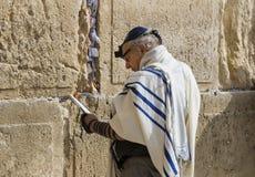 Los peregrinos ruegan en la pared de llorar del lugar santo de la gente judía y del centro de la adoración de cristianos alrededo Foto de archivo