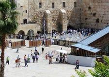 Los peregrinos ruegan en la pared que se lamenta en Jerusalén Foto de archivo