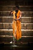 Los peregrinos se bañan y se lavan en las aguas santas del Ganges, Varana Imágenes de archivo libres de regalías