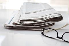 Los periódicos doblaron y apilaron el concepto para las comunicaciones globales fotografía de archivo