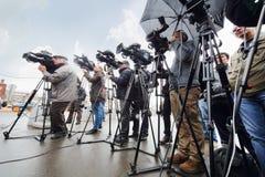 Los periodistas tiran el nuevo estacionamiento pagado Imagenes de archivo