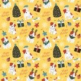 Los perros divertidos con el árbol de navidad, decoraciones, cajas de regalo y dejaron Imágenes de archivo libres de regalías