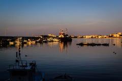 Los pescadores abrigan en el puerto deportivo viejo Foto de archivo libre de regalías
