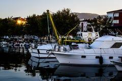 Los pescadores abrigan en el puerto deportivo viejo Imágenes de archivo libres de regalías