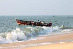 Los pescadores descargan la captura fresca de pescados en la playa Fotografía de archivo