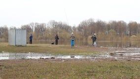 Los pescadores en el banco del río pescan metrajes