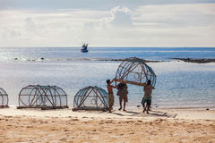Los pescadores en Koh Phangan preparan el engranaje para pescar Fotos de archivo