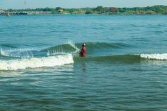 Los pescadores están lanzando redes en el fuerte Kochi Fotos de archivo libres de regalías