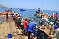 Los pescadores están pescando con red barredera para los pescados de atún en el mar de la bahía de Nha Trang en Vietnam Fotos de archivo