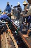Los pescadores están pescando con red barredera para los pescados de atún en el mar de la bahía de Nha Trang en Vietnam Imágenes de archivo libres de regalías