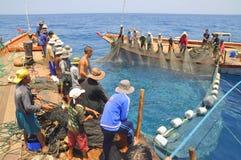 Los pescadores están pescando con red barredera para los pescados de atún en el mar de la bahía de Nha Trang en Vietnam Fotografía de archivo