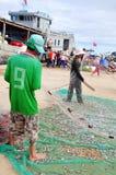 Los pescadores están quitando las anchoas pescan de sus redes para comenzar un nuevo día laborable en la isla del hijo de LY Fotografía de archivo libre de regalías