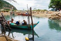Los pescadores están recolectando el mejillón en su barco Foto de archivo