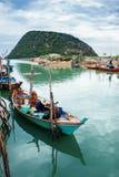 Los pescadores están recolectando el mejillón en su barco Fotografía de archivo