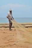 Los pescadores están tirando de la red del mar en la India Imagen de archivo libre de regalías