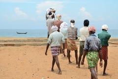 Los pescadores están tirando de la red del mar en la India Foto de archivo