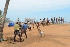 Los pescadores están tirando de la red del mar en la India Fotos de archivo