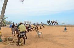 Los pescadores están tirando de la red del mar en la India Imagenes de archivo